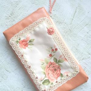 Vintage rózsás neszesszer, Táska & Tok, Neszesszer, Metál barackszínű textilbőrből varrt neszi vintage rózsás vászonnal díszítve. Került még rá pár kása..., Meska
