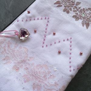 Rózsás - gyöngyös neszesszer, Táska & Tok, Neszesszer, Varrás, Gyöngyfűzés, gyöngyhímzés, Tört fehér, vastag bútorvászonra stencil technikával kézzel festettem rózsamotívumot, majd irizáló f..., Meska