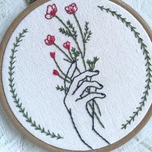 Pipacsok - kézzel hímzett falikép, Otthon & Lakás, Dekoráció, Kép & Falikép, Hímzés, Különleges, kézi szőttes anyagra hímeztem a pipacsokat tartó kezet és a szegélyt adó díszítősort.\nIg..., Meska