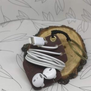 Börhatású süthető gyurmából készült fülhallgató tartó kulcstartó, Táska, Divat & Szépség, Kulcstartó, táskadísz, Gyurma, Bőrhatású süthető gyurmából készület ez a praktikus fülhallgató tartó kulcstartó.\n\nMéret:  7,5*5 cm...., Meska