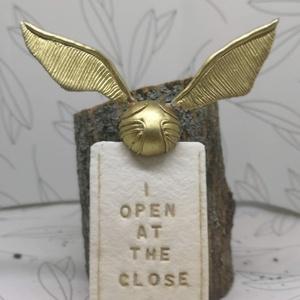 Aranycikesz könyvjelző süthető ygurmából, Otthon & lakás, Naptár, képeslap, album, Könyvjelző, Gyurma, Süthető gyurmából készült ez az elegáns Harry Potter-es könyvjelző.\n\nMéret: \ncikesz: kb. 2 cm (szárn..., Meska