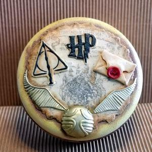 Harry Potteres doboz, Otthon & Lakás, Dekoráció, Díszdoboz, Gyurma, Harry Potter rajongóknak tökéletes ajándék!\n\nA doboz újrahasznosított FORESTO fém doboz, amit akrill..., Meska