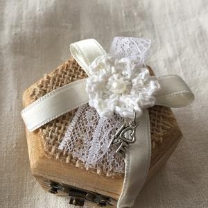 Hatszögletű gyűrűtartó dobozka, Esküvő, Gyűrűpárna, Horgolás, Famegmunkálás, Lakkozott fa dobozka a különleges napra!\nTetejét juta anyag és egy horgolt virág díszíti csipkével é..., Meska