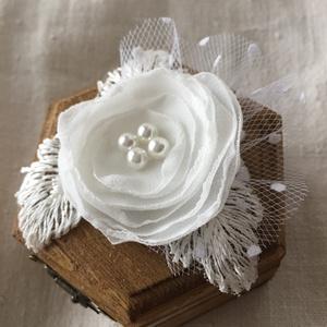 Hatszögletű gyűrűtartó dobozka, Doboz, Emlék & Ajándék, Esküvő, Horgolás, Famegmunkálás, Pácolt és lakkozott fa dobozka a különleges napra!\nTetejét gyönyörű virág díszíti,muszlinból készíte..., Meska