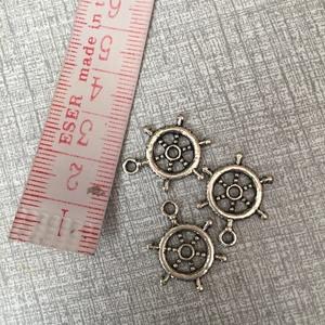 Fém hajókormány  fityegő,medál, Gyöngy, ékszerkellék, Egyéb alkatrész, Fém hajókormány ezüst színben.1,5 cm hosszú., Meska