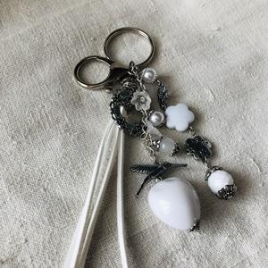 Fehér kolibri kulcstartó,táskadísz, Egyéb, Táska, Divat & Szépség, Kulcstartó, táskadísz, Ékszerkészítés, Romantikus hangulatú kulcstartó.\nFehér és fém díszítő elemekből állt össze ez a kedves kulcstartó.\nK..., Meska