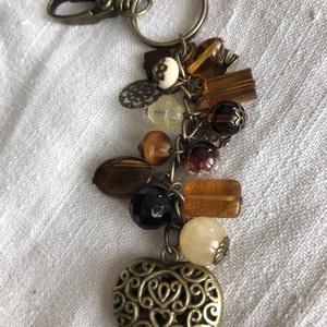 Antik szív kulcstartó,táskadísz, Táska, Divat & Szépség, Kulcstartó, táskadísz, Gyöngyfűzés, gyöngyhímzés, Antik bronz színű kulcstartó,sok-sok gyönggyel,nagy szívvel :)\nA karabinerrel táska dísze is lehet.\n..., Meska