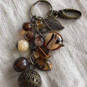 Antik gömb kulcstartó, Táska, Divat & Szépség, Kulcstartó, táskadísz, Gyöngyfűzés, gyöngyhímzés, Antik bronz színű kulcstartó barna gyöngyökkel.\nKarabínerrel táskadísz is lehet :)\nHossza 16 cm\n..., Meska