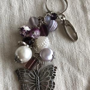 Lila-pillangó kulcstartó, Táska, Divat & Szépség, Kulcstartó, táskadísz, Gyöngyfűzés, gyöngyhímzés, Ezüst fém kulcstartó lila és fehér gyöngyökkel.\nKarabínerrel táskadísz is lehet :)\nHossza 16 cm\n..., Meska