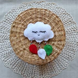 Kokárda kicsit másképp (felhőcske), Táska, Divat & Szépség, Magyar motívumokkal, Kokárda, Varrás, Kisgyermekek részére készítettem barkácsfilcből ezt a különleges, vatelinnel bélelt, felhő alakú pir..., Meska