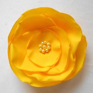 Sárga rózsa selyemvirág kitűző , Ékszer, Kitűző, bross, Gyöngyfűzés, gyöngyhímzés, Varrás, Nyílik már a sárga rózsa...Ha a kedvenced a sárga rózsa, akkor neked ajánlom ezt a szép nap sárga sz..., Meska