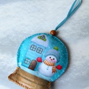 Különleges hógömb alakú karácsonyfadísz (házikós-hóemberes) - Meska.hu