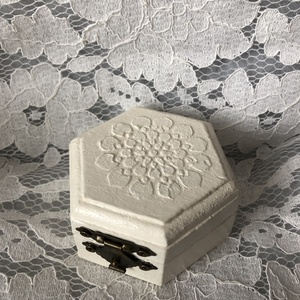 Krémfehér hatszögletű gyűrűtartó dobozka, Esküvő, Emlék & Ajándék, Doboz, Famegmunkálás, Mindenmás, Krémfehérre festett fa dobozka a különleges napra!\nTetejét gyönyörű enyhén kidomborodó minta díszíti..., Meska