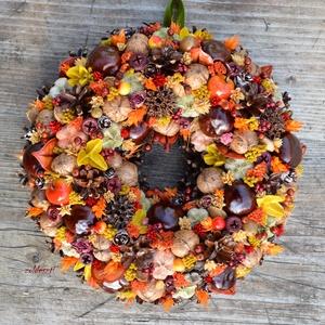 Tarka forgatag - Vidám, őszi bogyós-terméses koszorú - KÉSZTERMÉK, Otthon & lakás, Lakberendezés, Dekoráció, Ajtódísz, kopogtató, Mindenmás, Virágkötés, Színes őszi csokor, ajtódísz formában :)\n\nÁtmérője kb.  26 cm.\n\n\nSzemélyes átvétel lehetséges Budape..., Meska