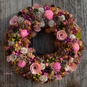 Vadóc vintage - természetes, tavaszi-nyári virágos termés-koszorú - KÉSZTERMÉK, Otthon & lakás, Lakberendezés, Dekoráció, Ajtódísz, kopogtató, Mindenmás, Virágkötés, Szárított- és forgácsrózsákból, pink boglárkákból és egyéb apró virágfejecskékből, számtalan  rózsas..., Meska