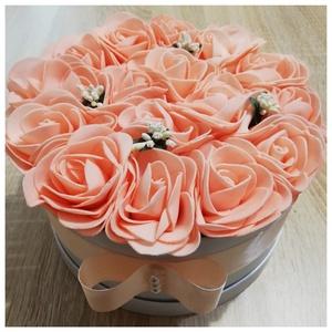 ZOLICA rózsabox, Otthon & Lakás, Dekoráció, Csokor & Virágdísz, Virágkötés, Ezt a gyönyörű rózsaboxot saját elképzelésem alapján készítettem. A barckvirág színű rózsák a kis fe..., Meska