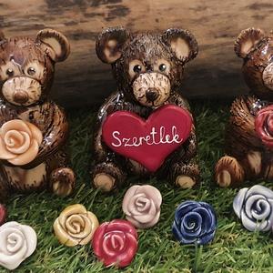 Maci rózsával, Otthon & Lakás, Dekoráció, Asztaldísz, Kerámia, Lepd meg kedvesed, ismerősöd a közelgő Nőnap alkalmából egy varázslatos mackóval rózsával a kezében,..., Meska