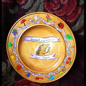 Festett fa tányér óvodai jelekkel, Dekoráció, Otthon & lakás, Lakberendezés, Egyéb, Festett tárgyak, Fa tányér\n\nHamarosan ideje lesz ajándékot keresni az óvónéniknek, bölcsis gondozóknak, de még a tanà..., Meska