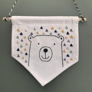 Gyerekszoba dekoráció - babaszoba dekoráció - hímzett zászló medve mintával, Otthon & Lakás, Dekoráció, Falra akasztható dekor, Hímzés, A virágos minták hímzése mellett a babaszoba dekorációk készítése a másik szenvedélyem.\nEz a hímzett..., Meska
