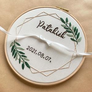 Hímzett gyűrűtartó keretben virágmintával, Esküvő, Kiegészítők, Gyűrűtartó & Gyűrűpárna, Hímzés, Esküvőre egyedileg készített gyűrűtartó, ami az esküvő után fali képként őrzi az emlékeket.\n\nAz egye..., Meska