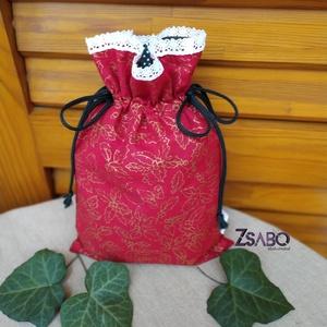 Piros mintás, csipkés Mikulás zsák, Karácsony & Mikulás, Mikulás, Varrás, Bélelt, 100% pamutvászonból készült ünnepi zsákocska, a sötétzöld zsinórral behúzható, megköthető. B..., Meska