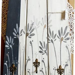 Virágmintás fekete-fehér üzenőtábla és kulcstartó, Otthon & lakás, Lakberendezés, Famegmunkálás, Festett tárgyak, Fenyődeszkából vintage stílusban készült, környezetbarát krétafestékkel alapozott, fekete, fehér és ..., Meska