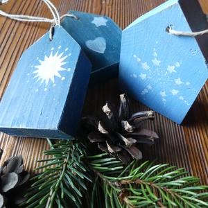 Rusztikus színes karácsonyfadísz házikók, Karácsony, Ajándékkísérő, Karácsonyfadísz, Karácsonyi dekoráció, Festett tárgyak, Újrahasznosított alapanyagból készült termékek, Egyutas fenyő raklap újrahasznosításával készültek ezek a pillekönnyű, bájos karácsonyfadíszek, mely..., Meska