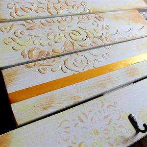 Sárga mandalás vintage ékszertartó, Fali ékszertartó, Ékszertartó, Ékszer, Festett tárgyak, Újrahasznosított alapanyagból készült termékek, 4 falécből álló, környezetbarát krémszínű krétafestékkel festett, sárga, narancs árnyalatokkal mintá..., Meska