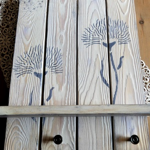 Kék virágmintás, antikolt felületű polcos akasztó, Otthon & lakás, Bútor, Polc, Dekoráció, Lakberendezés, Festett tárgyak, Újrahasznosított alapanyagból készült termékek, Négy fenyődeszkából vintage stílusban készült, környezetbarát krétafestékkel alapozott, kék virágokk..., Meska