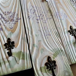 Virágmintás üzenős akasztó krém, zöld, lila színben, Otthon & lakás, Bútor, Dekoráció, Lakberendezés, Festett tárgyak, Újrahasznosított alapanyagból készült termékek, Három fenyődeszkából vintage stílusban készült, környezetbarát krétafestékkel alapozott,  pasztell z..., Meska