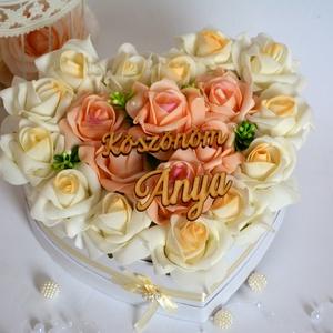 Szív örök virágbox, Esküvő, Lakberendezés, Otthon & lakás, Esküvői csokor, Meghívó, ültetőkártya, köszönőajándék, Virágkötés, Csodás élethű örök habrózsából készült  közepes méretű szív virágbox. Különbözőő fa táblával és más ..., Meska