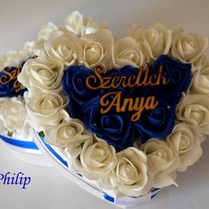Szülőköszöntő blu virágbox, Esküvő, Esküvői csokor, Esküvői dekoráció, Meghívó, ültetőkártya, köszönőajándék, Egyedi szívhez szóló üzenetet kérhetsz a stílusos szív boxra. Gyönyörű örök habrózsa királykék és fe..., Meska