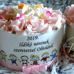 Ballagási virág box, Dekoráció, Otthon & lakás, Ünnepi dekoráció, Ballagás, Lakberendezés, Decoupage, transzfer és szalvétatechnika, Virágkötés, Óvónénik kedvelt ajándéka a névre szóló egyedi virágbox. Habrózsa és hortenzia fejekkel.  Egyedi szö..., Meska