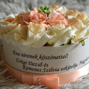 Szöveges örök virágbox, Esküvő, Meghívó, ültetőkártya, köszönőajándék, Esküvői csokor, Lakberendezés, Otthon & lakás, Asztaldísz, Virágkötés, A romantikus kerek kézműves  virágboxot, élethű,örök habrózsákkal raktam körbe. Egyedi névre szóló ü..., Meska