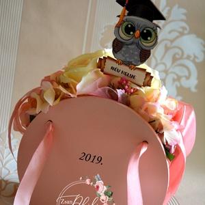 Ballagási kis táska, Dekoráció, Otthon & lakás, Ünnepi dekoráció, Ballagás, Lakberendezés, Decoupage, transzfer és szalvétatechnika, Virágkötés, Selyem örök virágból készült egyedi  fa kis kézi-táska. Egyedi rövid szöveg kérhető rá és a név a ba..., Meska