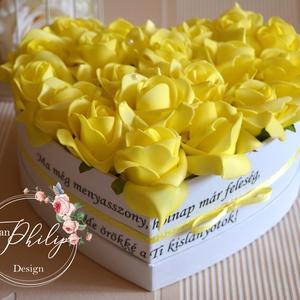Sárga szív box, Esküvő, Otthon & lakás, Esküvői csokor, Meghívó, ültetőkártya, köszönőajándék, Lakberendezés, Szív szöveges szülőköszöntő virágbox. Egyedi szívhez szóló üzenetet kérhetsz a stílusos szív  virágb..., Meska