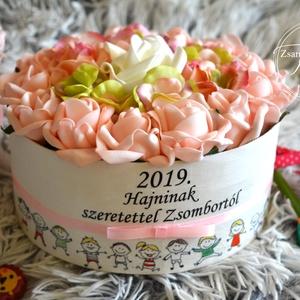 Óvónéniknek szöveges személyre szóló virágbox, Csokor & Virágdísz, Dekoráció, Otthon & Lakás, Virágkötés, Óvónéniknek,pedagógusoknak remek egyedi ajándék háncs virágbox.Kérd gyerkőcöd nevével.\nÁtmérője kb.:..., Meska