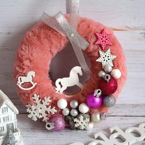 Hintalovas kopgtató, Karácsony, Karácsonyi dekoráció, Otthon & lakás, Lakberendezés, Koszorú, Ajtódísz, kopogtató, Virágkötés, Édes hintalovas műszőrme,terméses kopogtató.Átmérője kb 17cm\nZuglóban személyesen is átvehető...., Meska