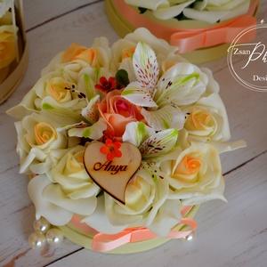 Vintage virágbox, Esküvő, Meghívó, ültetőkártya, köszönőajándék, Otthon & lakás, Lakberendezés, Asztaldísz, Esküvői csokor, Virágkötés, Habrózsa és élethű selyemvirágból készült az örök virágbox.\nÁtmérője 14cm.\nTovábbi termékeimet megte..., Meska