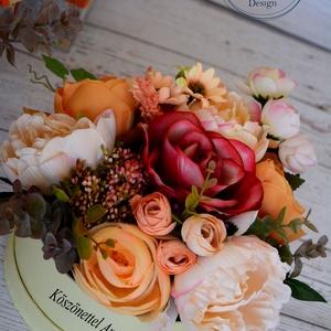 Selyemvirág virágbox, Esküvő, Esküvői csokor, Meghívó, ültetőkártya, köszönőajándék, Otthon & lakás, Lakberendezés, Asztaldísz, Virágkötés, Élethű selyemvirágból készült a kerek virágbox.\nÁtmérője kb.:19-20 cm\nMás színekben is kérhető,szöve..., Meska