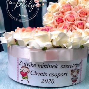 Ballagási virágbox, Otthon & lakás, Dekoráció, Ünnepi dekoráció, Ballagás, Lakberendezés, Asztaldísz, Virágkötés, Decoupage, transzfer és szalvétatechnika, Örök habrózsa virágbox.Fejezd ki háládat egyedi szöveges virágboxal.Átmérője kb.:20 cm, Meska