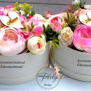 Anya és Mama szülőköszöntő virágbox párban, Esküvő, Meghívó, ültetőkártya, köszönőajándék, Otthon & lakás, Lakberendezés, Asztaldísz, Decoupage, transzfer és szalvétatechnika, Virágkötés, Egyedi szöveges örök minőségi selyemvirágbox. Természetes alapanyagú háncs fa virágboxban.\nÁtmérője ..., Meska