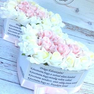 2db Szív szülőköszöntő virágbox, Szülőköszöntő ajándék, Emlék & Ajándék, Esküvő, Decoupage, transzfer és szalvétatechnika, Virágkötés, Szív szöveges habrózsa szülőköszöntő virágbox.\nÁtmérője kb:24 cm,magassága 12 cm, Meska