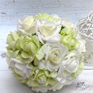 Pikáns zöld csokor, Esküvő, Esküvői csokor, Esküvői dekoráció, Virágkötés, Krémfehér és ekrü-zöld habrózsákból készült az örök ékszer varázslatosan pazar esküvői csokor. Látvá..., Meska