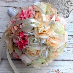 Dobócsokor, Esküvő, Esküvői csokor, Otthon & lakás, Dekoráció, Csokor, Virágkötés, Bájos kicsi dobócsokor ekrü-rózsaszín-barack minőségi selyemvirágokból készült.\nMagassága kb.: 23 cm..., Meska