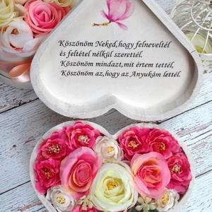 Szív szülőköszöntő szöveges virágbox, Szülőköszöntő ajándék, Emlék & Ajándék, Esküvő, Decoupage, transzfer és szalvétatechnika, Virágkötés, Szív szülőköszöntő,szöveges minőségi selyemvirágos virágbox.\nMérete 19x19,5x8cm magas\n\nTovábbi termé..., Meska