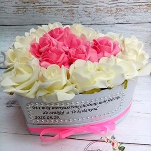 Szöveges szülőköszöntő szív virágbox, Szülőköszöntő ajándék, Emlék & Ajándék, Esküvő, Virágkötés, Csodás örök virágbox édesanyáknak,édesapáknak pink-vaj habrózsákkal.\nIdőtálló választás, örökvirágbo..., Meska