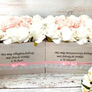 Szülőköszöntő menyasszony volegenyes, Szülőköszöntő ajándék, Emlék & Ajándék, Esküvő, Decoupage, transzfer és szalvétatechnika, Virágkötés, Szülőköszöntő habrózsa szöveges örök virágbox.\nMérete 16x16 cm\nTovábbi termékeimet megtekintheted Zs..., Meska