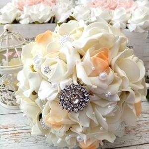 Strasszdiszes esküvői habrozsa csokor, Menyasszonyi- és dobócsokor, Esküvő, Virágkötés, Elegáns köves ekrü és cirmos barackos esküvői csokor. Gomb díszek és gyöngy füzér teszi meg impozáns..., Meska