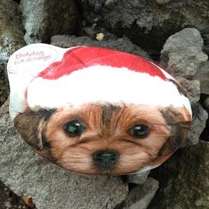Diszkő kutyusos, Otthon & Lakás, Karácsony & Mikulás, Karácsonyi dekoráció, Decoupage, transzfer és szalvétatechnika, Bájos egyedi Kutyusos, Boldog Karácsonyt feliratos. nagy méretű diszkó. Hossza kb. 15 cm\nA sapi fehé..., Meska